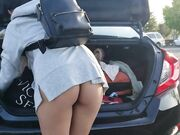 Girl nude ass flash while stacking the groceries in car